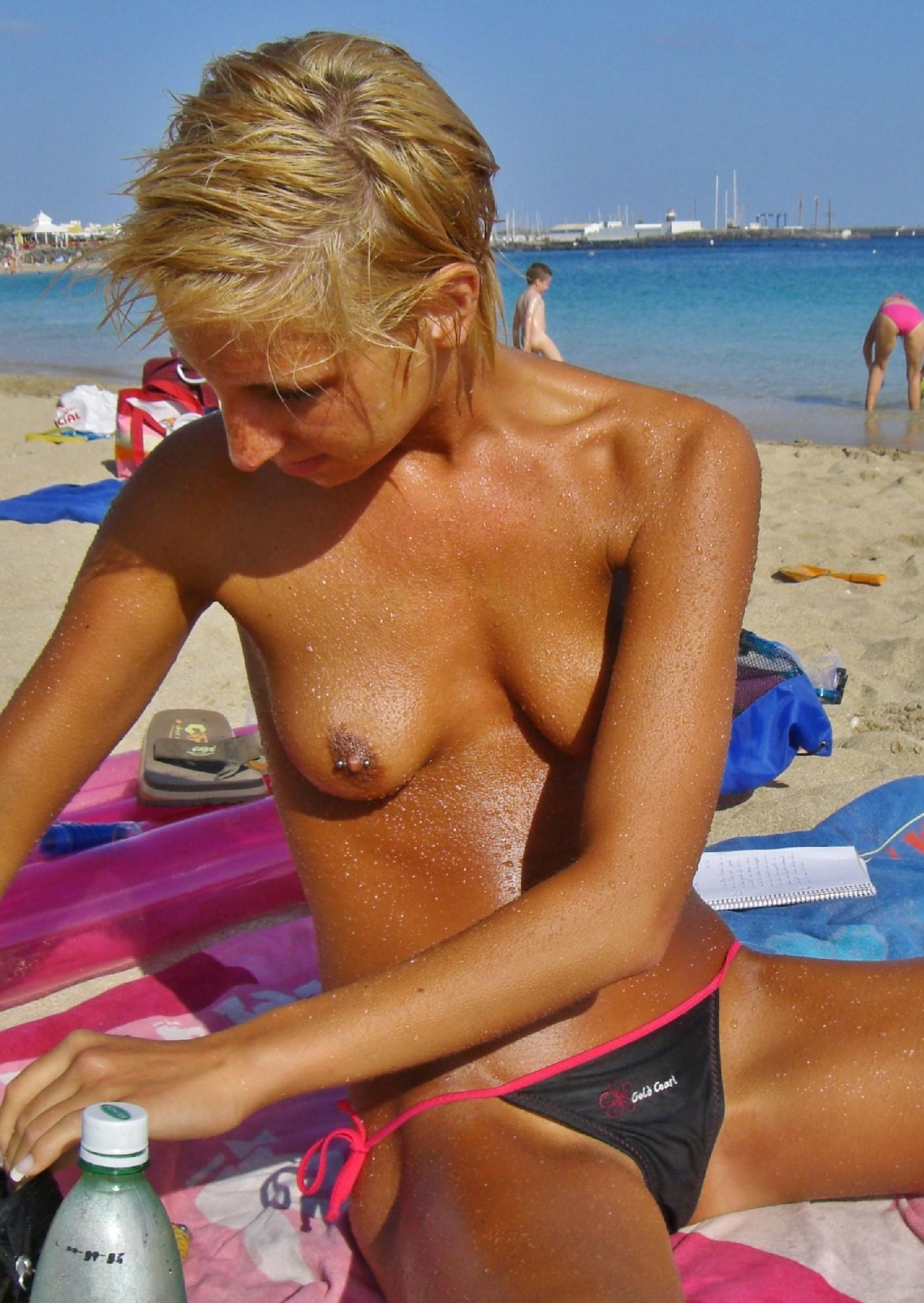 Короткостриженая деваха с пирсингом в письке, откровенно позирует летом