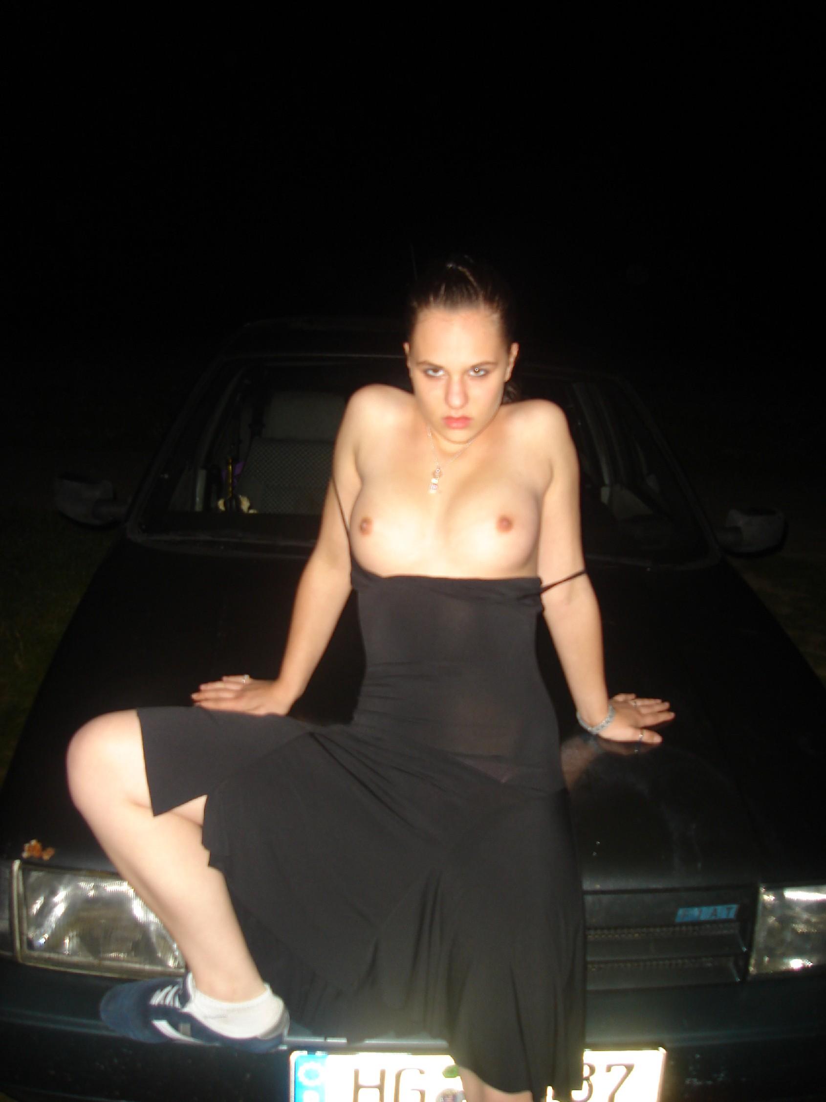 Брюнетки мнут сиськи и фотографируются возле автомобилей и дома