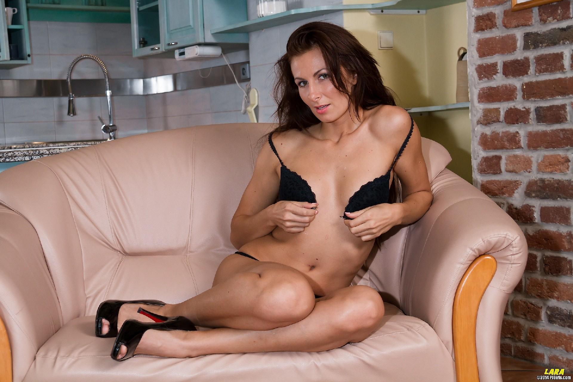 Девка села на кресло и начала играться с  расширителем вагины
