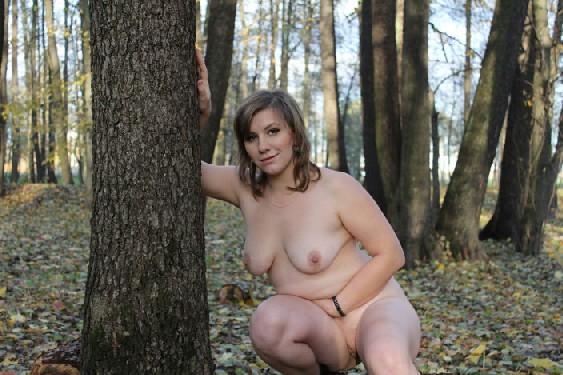 Голый осенний фотосет белой пышки в парке с листвой