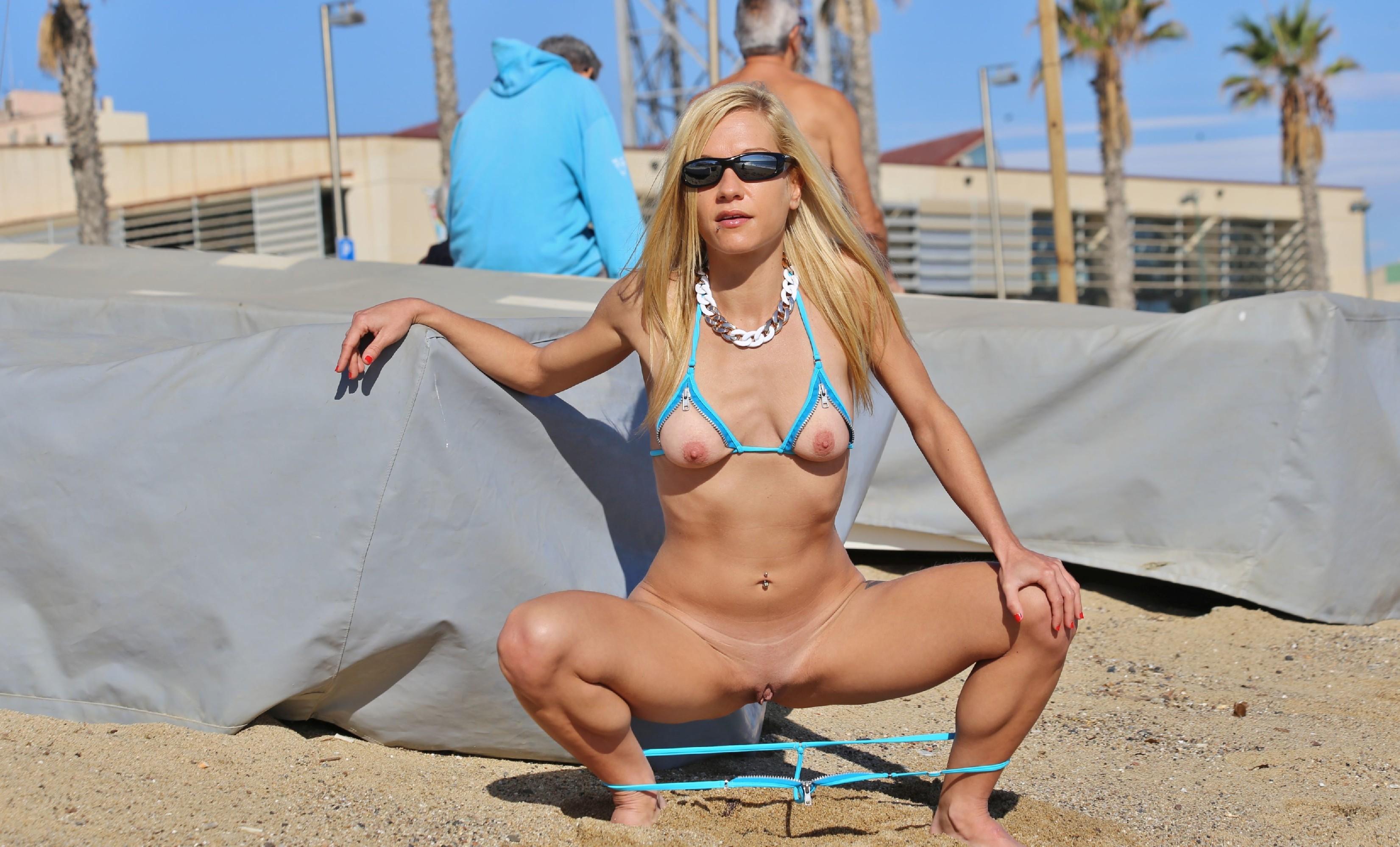 Деваха в купальнике с вырезами в самых интимных местах показывает киску