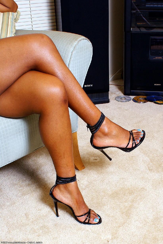 Шикарная негритянка Сабрина покажет свою большую и красивую задницу