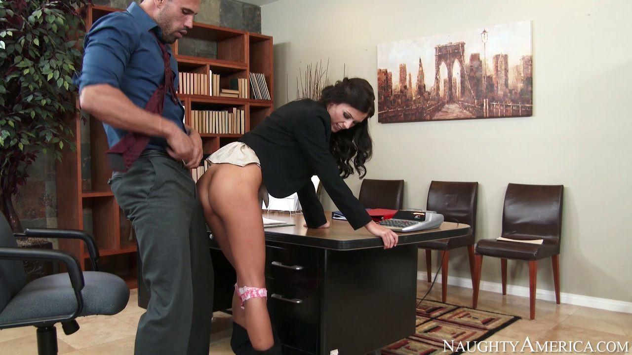 Выебал на офисном столе большим хуем худую женщину