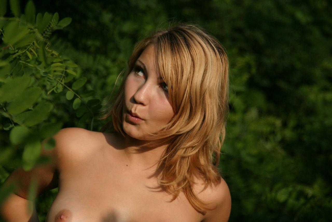 Девушка снимается раздетой в лесу, а потом дома отсасывает фотографу