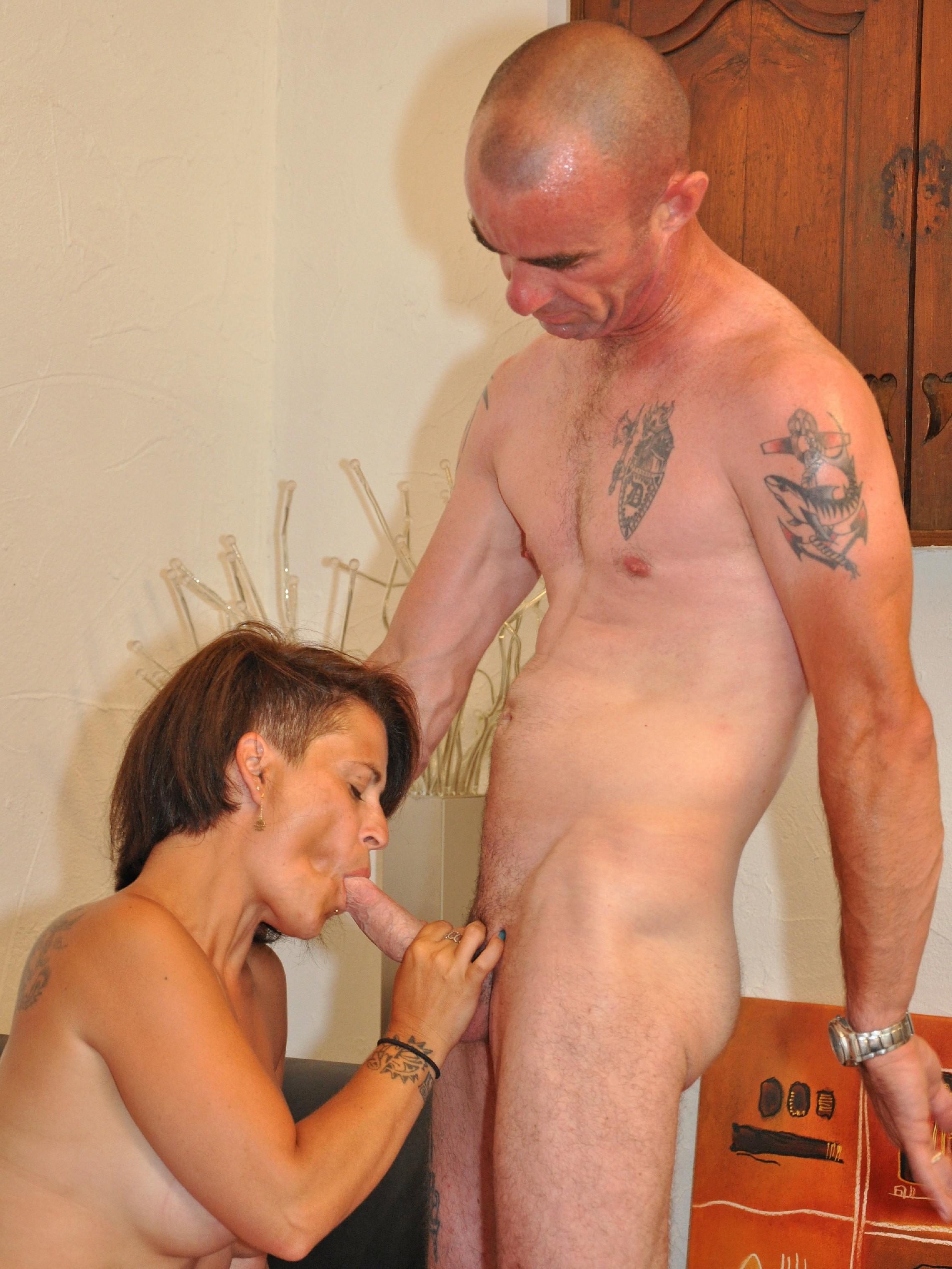 Зрелая пара занимается оральным сексом в своем доме