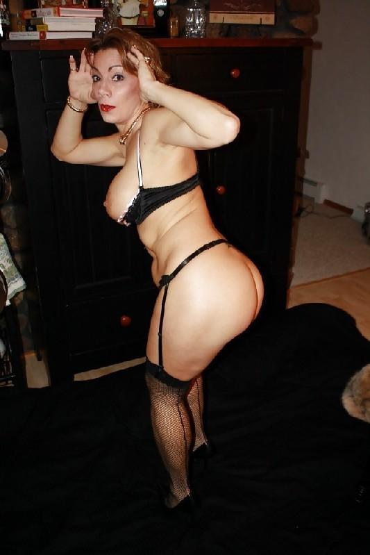 Зрелая женщина выставляет на показ свои прелести в эротическом белье