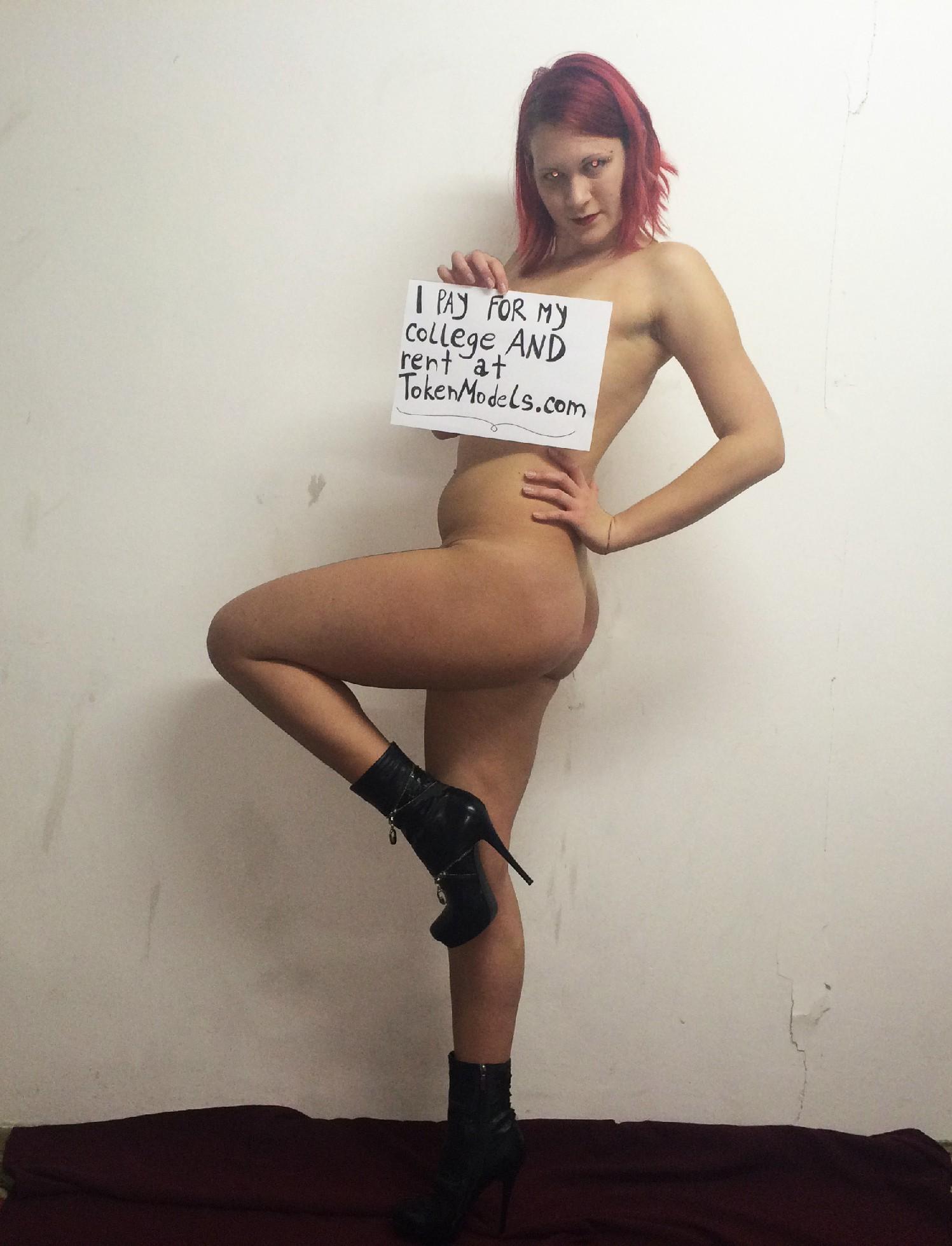 Рыжая соблазнительница фоткается обнаженной с вручённой ей запиской