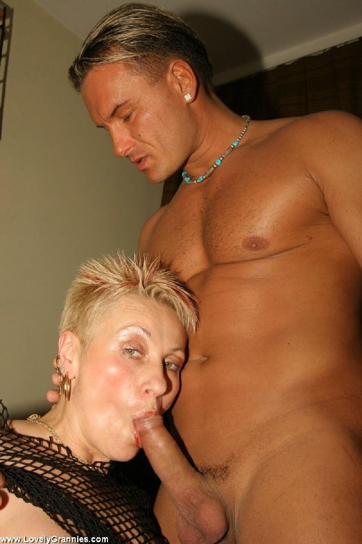 Татуированная развратница за сорок, развлекается с мужчиной