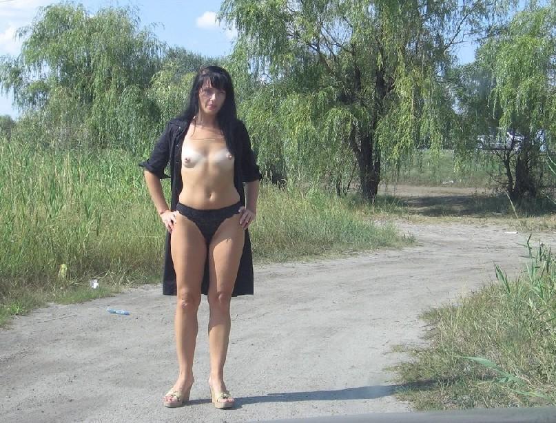 Российская шлюшка-жена любит потрахаться где угодно, хоть в машине