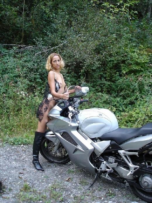 Девка фоткается голой на мотоцикле среди зелени
