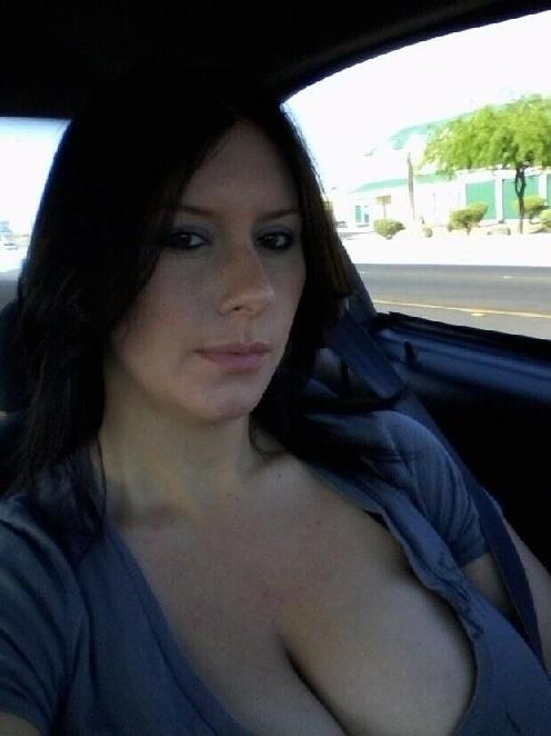 Молодая жена всегда очень возбуждена и фоткает свои большие сиськи и киску