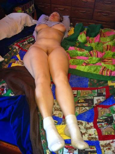 Блондинка Дженни сняла теплое термобелье и раскинула ножки на кровати