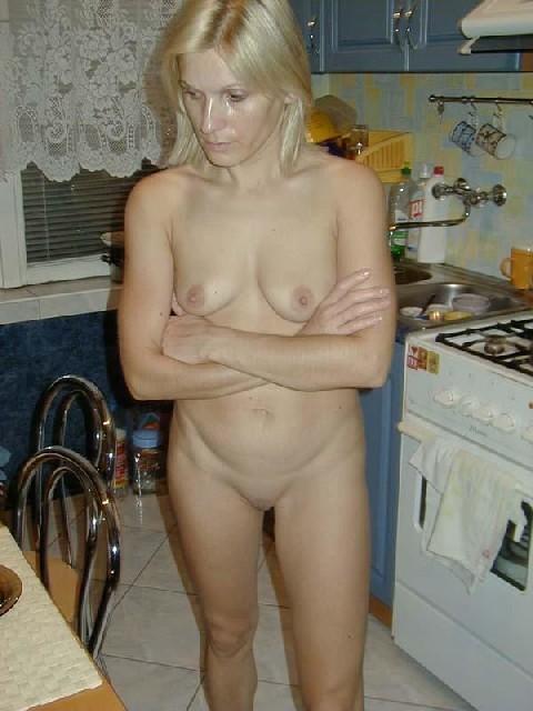 Блондинистая жена всегда и везде ходит дома без одежды