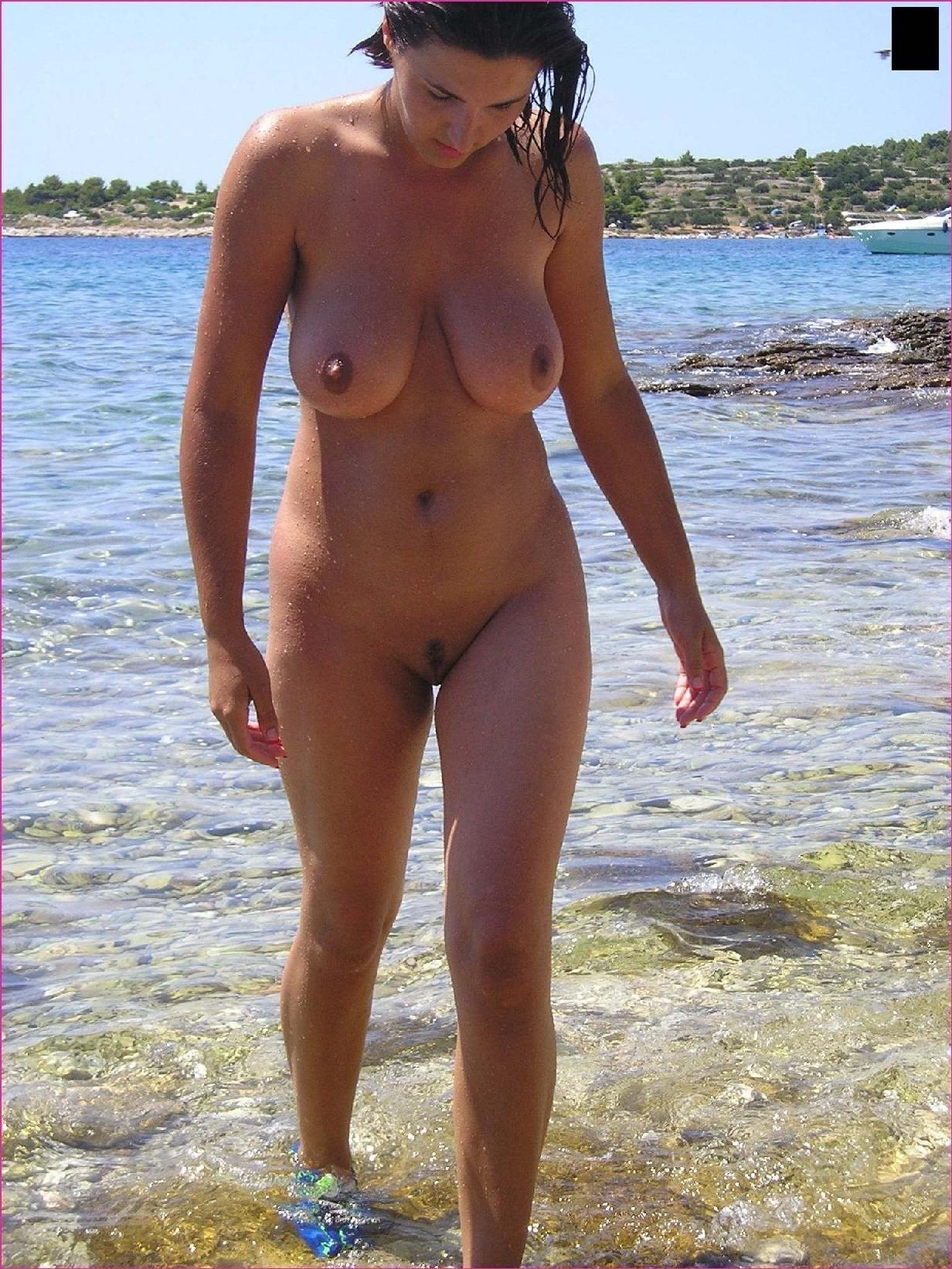 foto-golih-nudistov-na-plyazhe