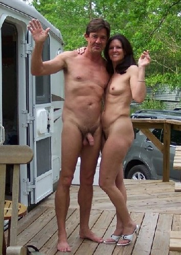 Супружеская пара сфотографировалась голой на заднем дворе дома