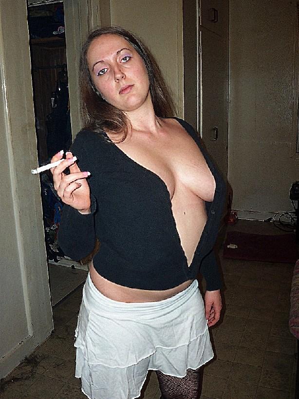 Молодая секси куколка курит сигарету, а потом приспускает штаны и подымает кофту