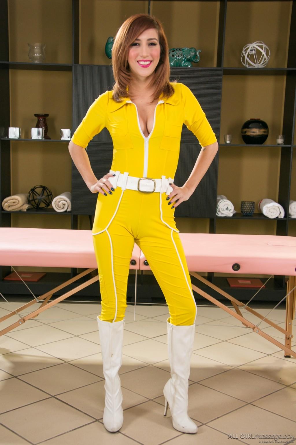 Эприл ОНейл снимает с себя желтый костюм и остается совсем голой, показывая мохнатую пизденку