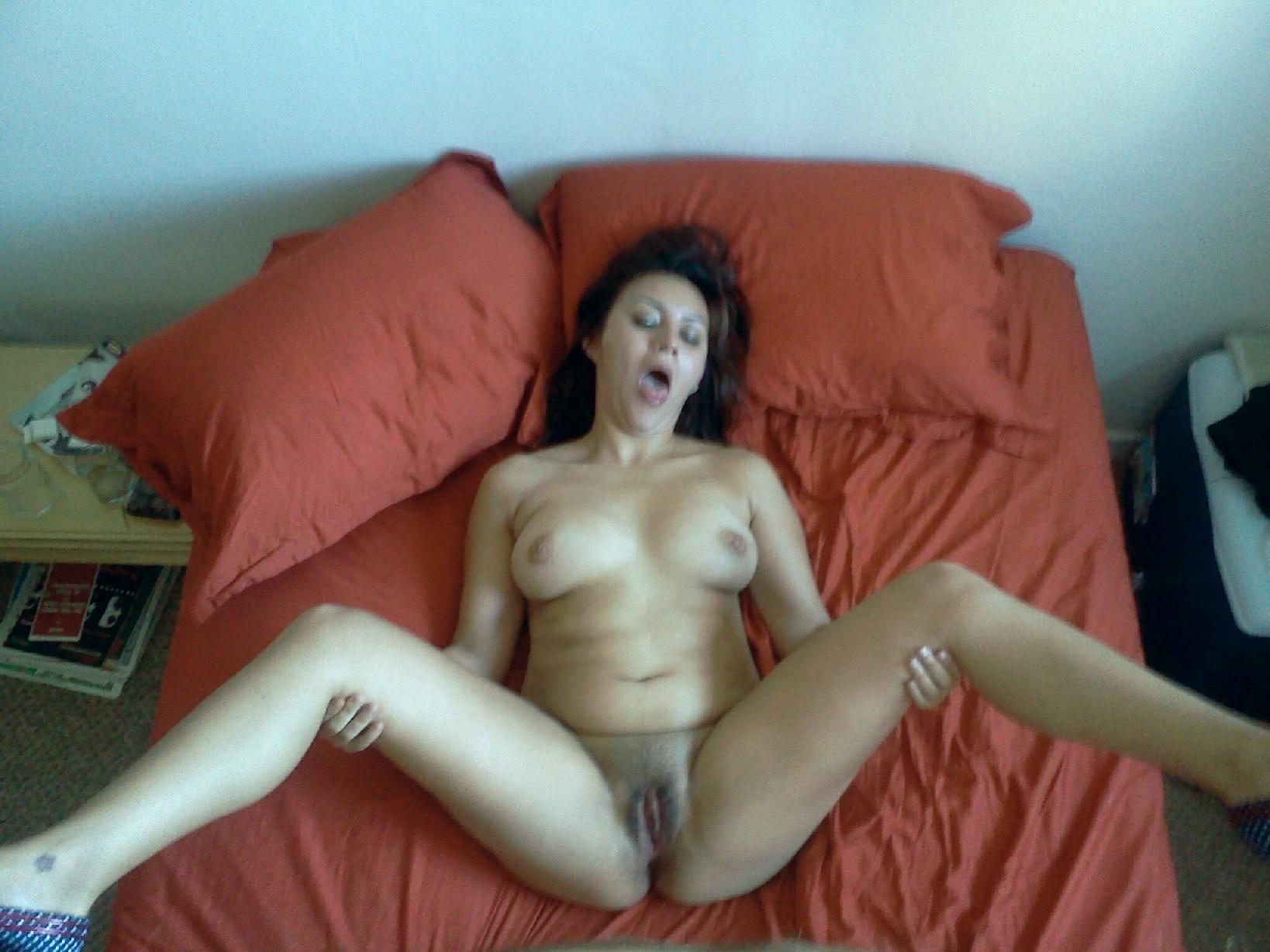 Дама расставила ножки на кровати и открыла ротик