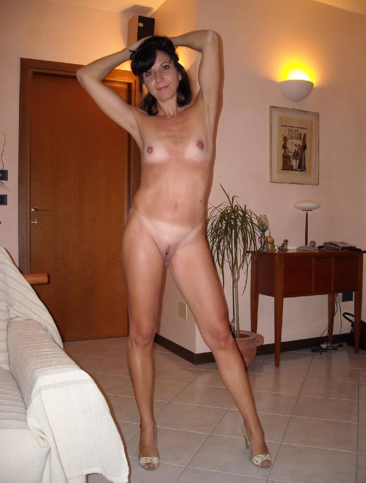 Длинноногая зрелая женщина любит секс после минета