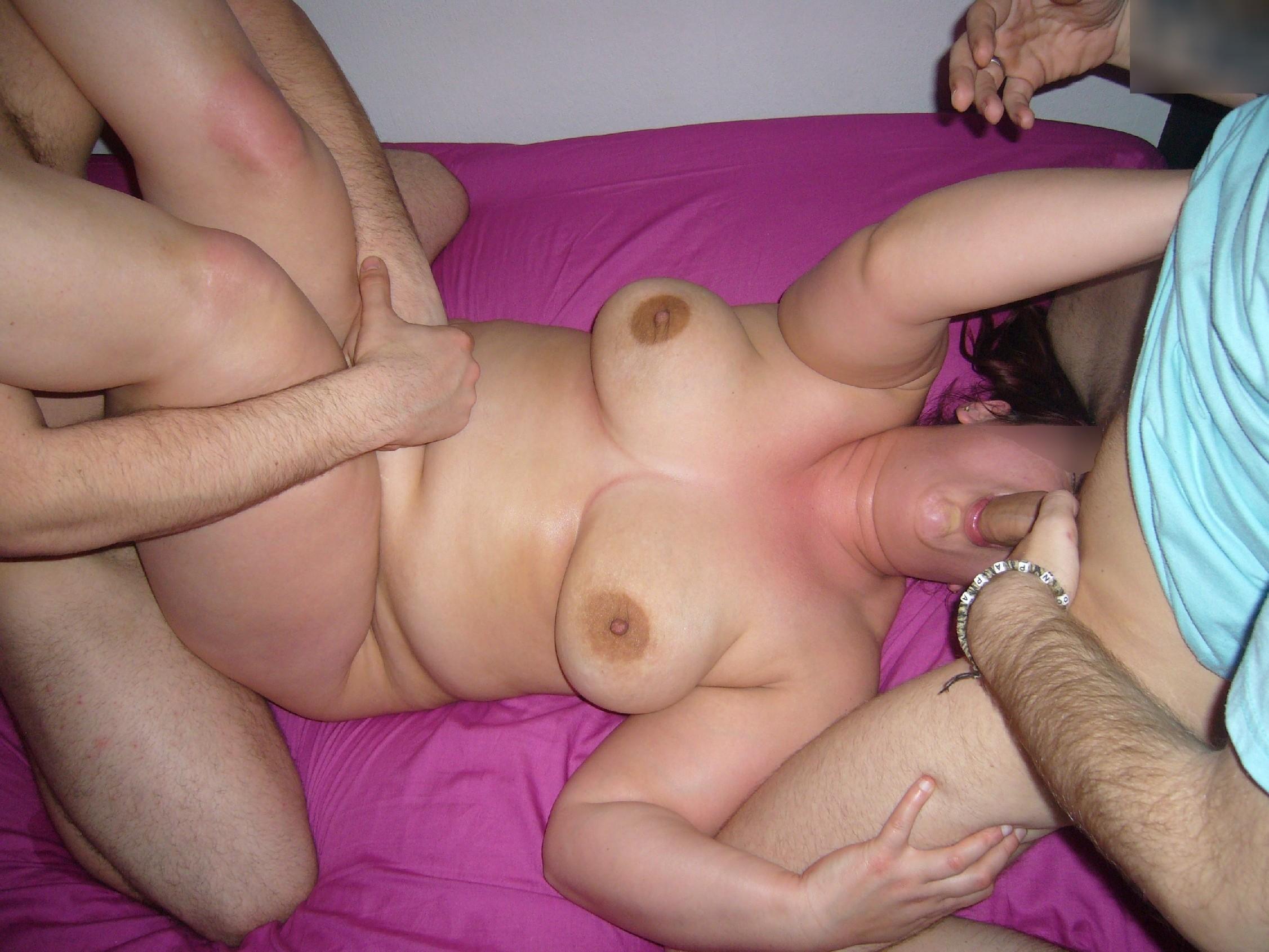 Пышная жена изменяет мужу с двумя зрелыми мужиками у них на кровати