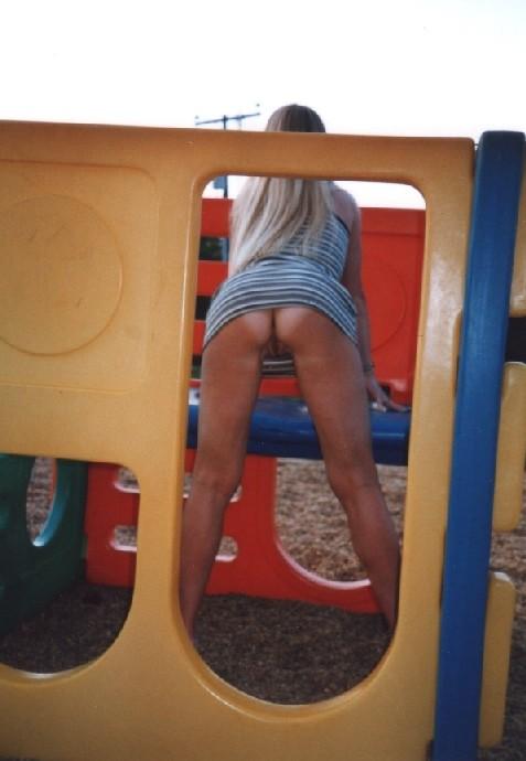 Девчата катаются без трусиков на горках во дворе и сверкают кисками