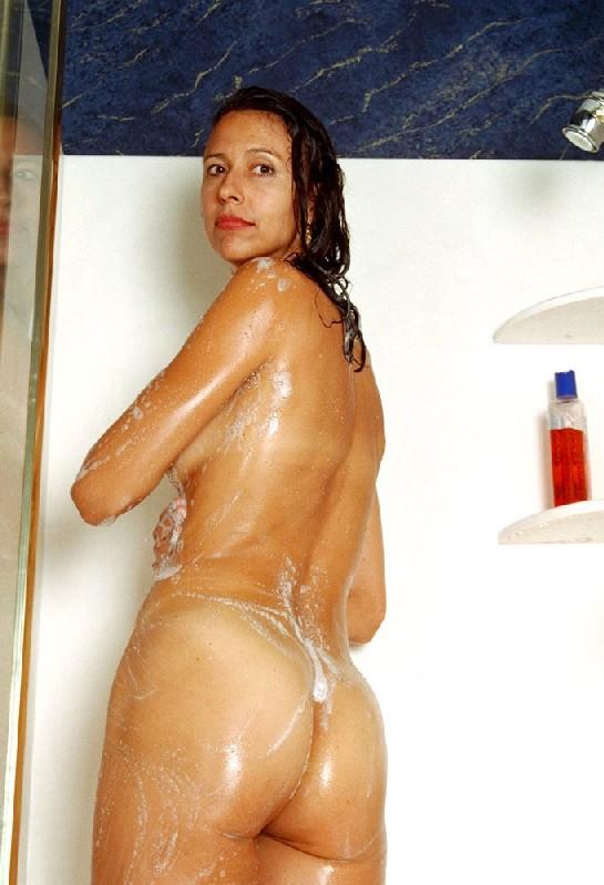 Стройная и зрелая женщина Александра купается в душе