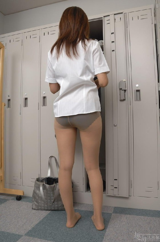 Рыженькая азиатка переодевается в более строгую одежду