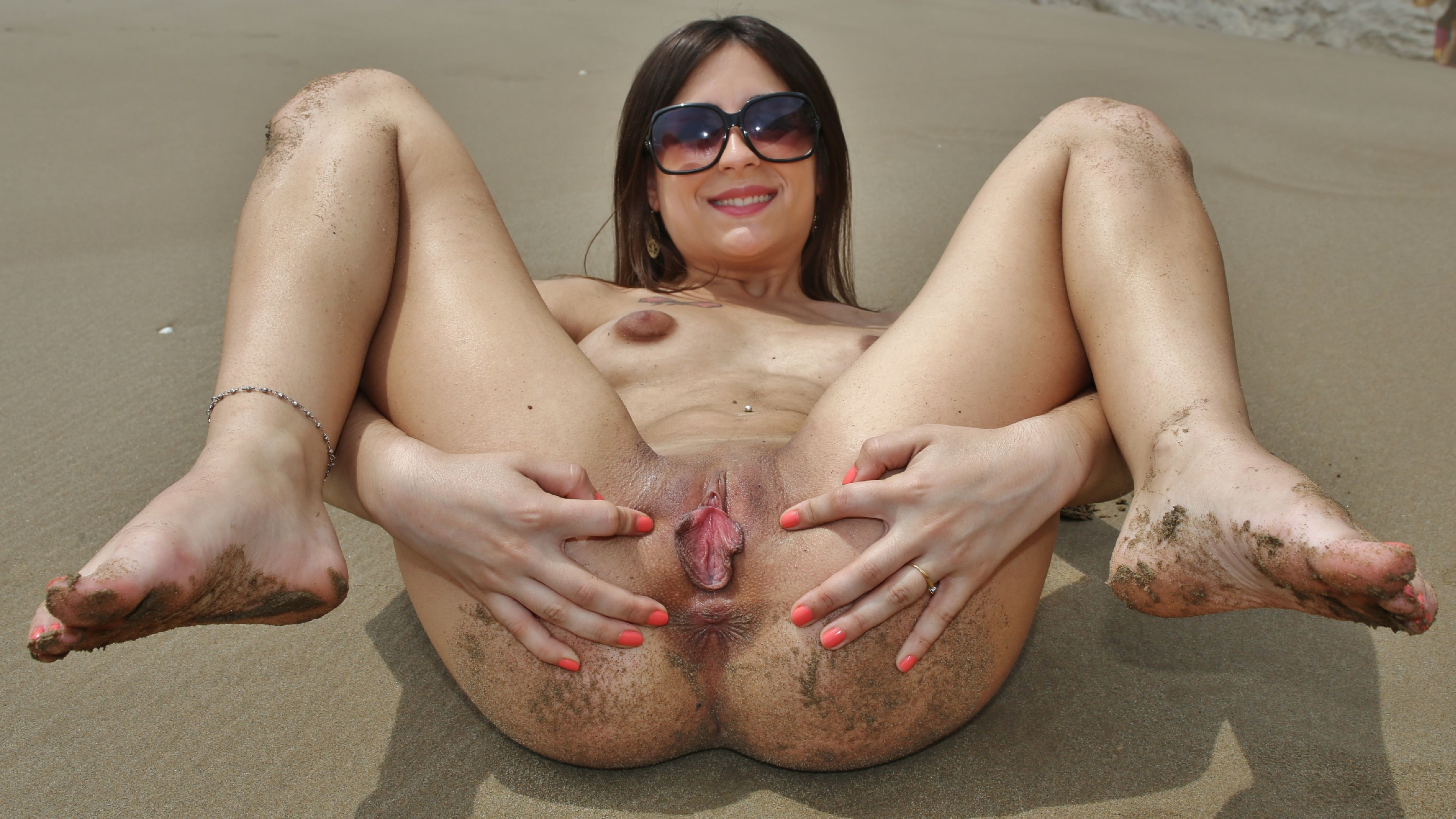 Девчонка сняла прозрачный купальник на пляже