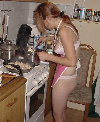 На кухне всегда есть прекрасные и обнаженные домохозяйки