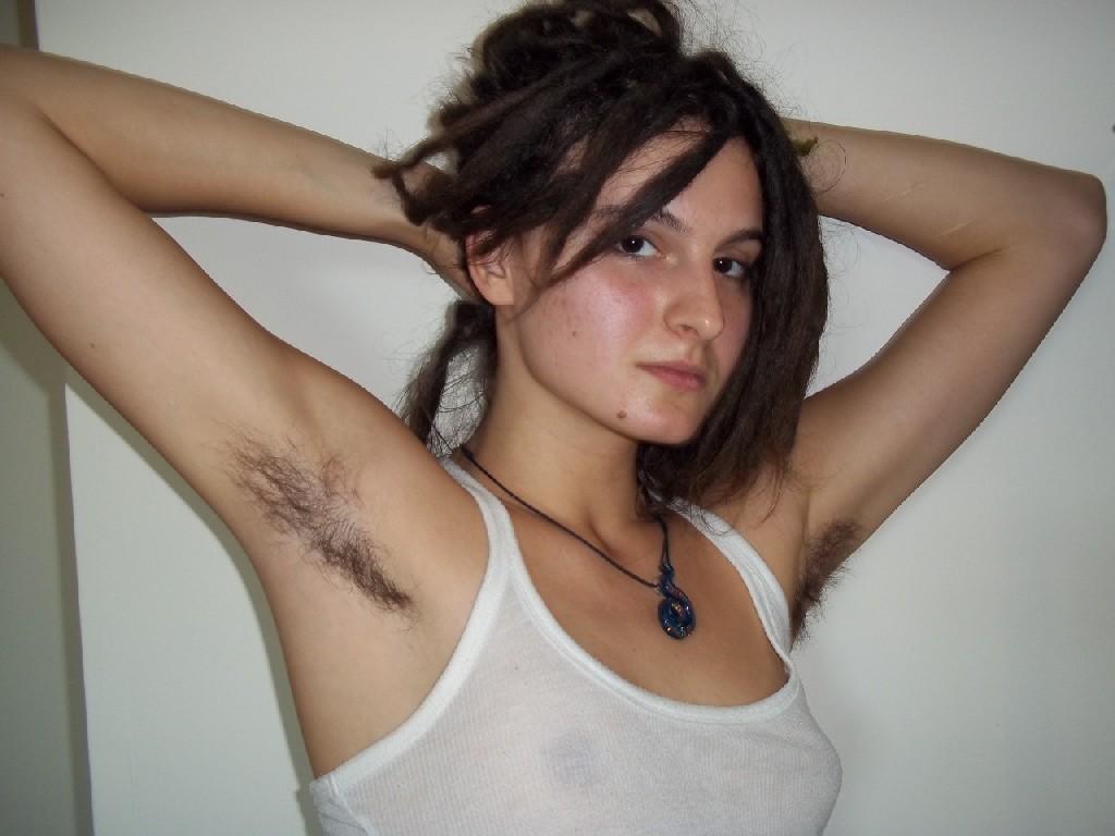 Волосатая хипстерша Яна с дредами не бреет подмышки и киску