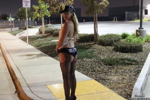 Шлюха ходит по тротуару, ищет клиента, а потом отсасывает тому в машине