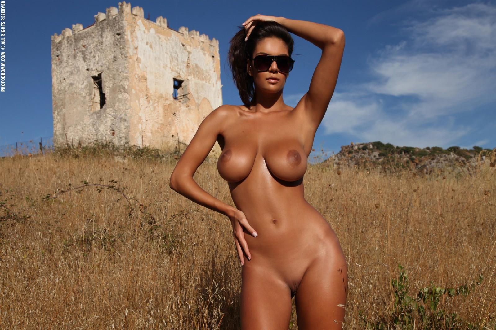 Телочки с красивой обнаженной грудью 23 фотография