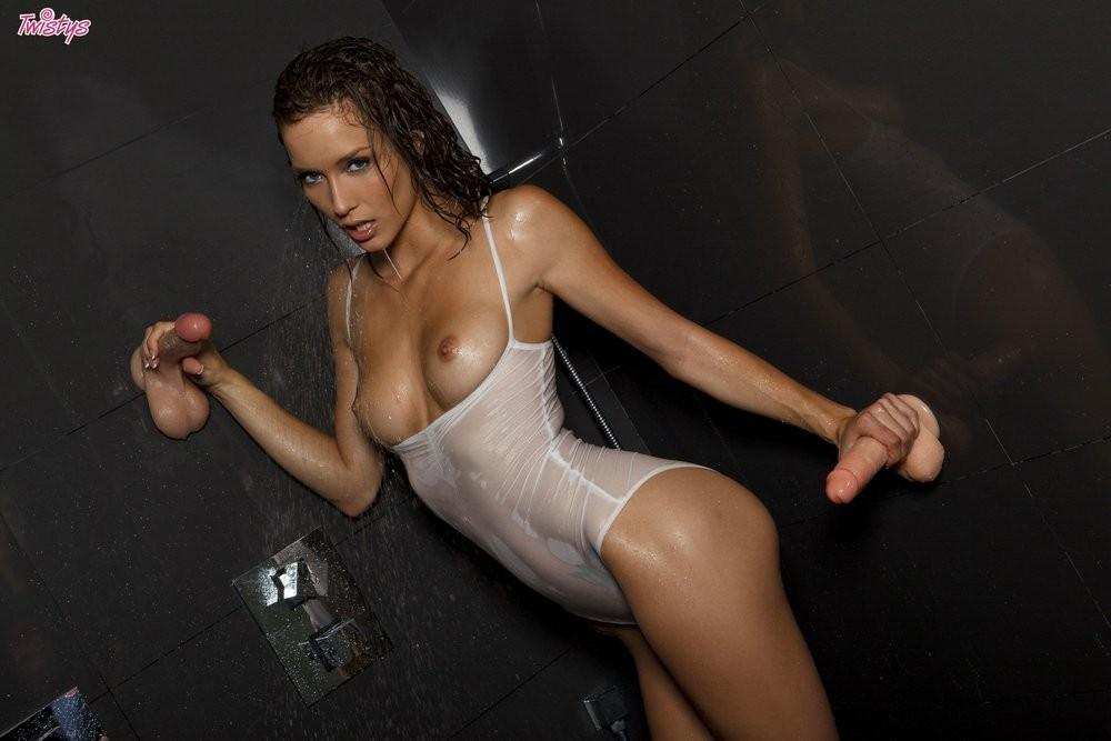 Голая красавица мастурбирует в душе тремя дилдо