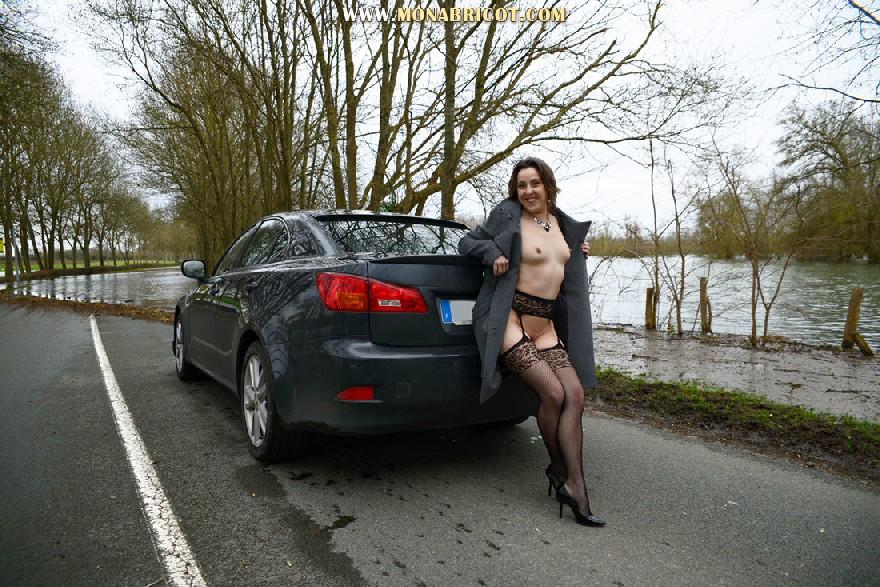 Зрелая дама в чулках вылазит и з автомобиля и показывает сиськи