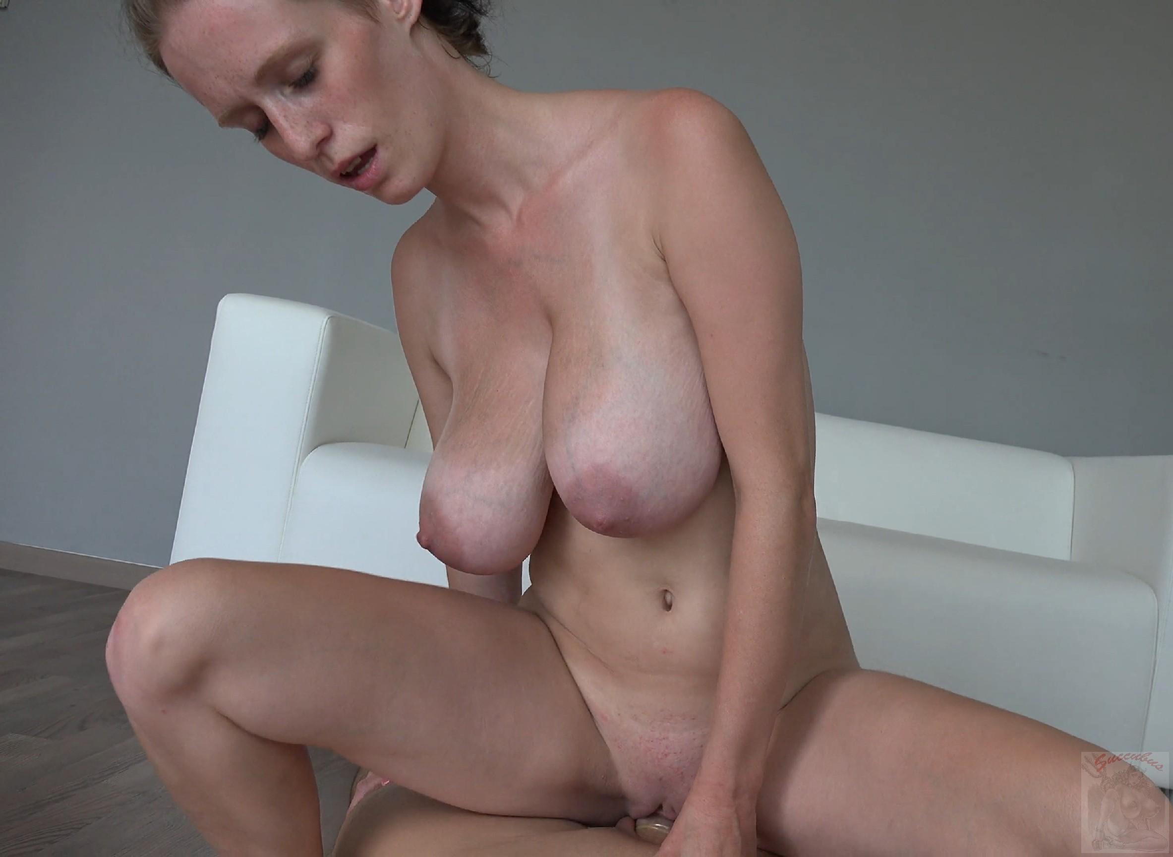 Красавица, с немножко обвисшей грудью, занимается сексом