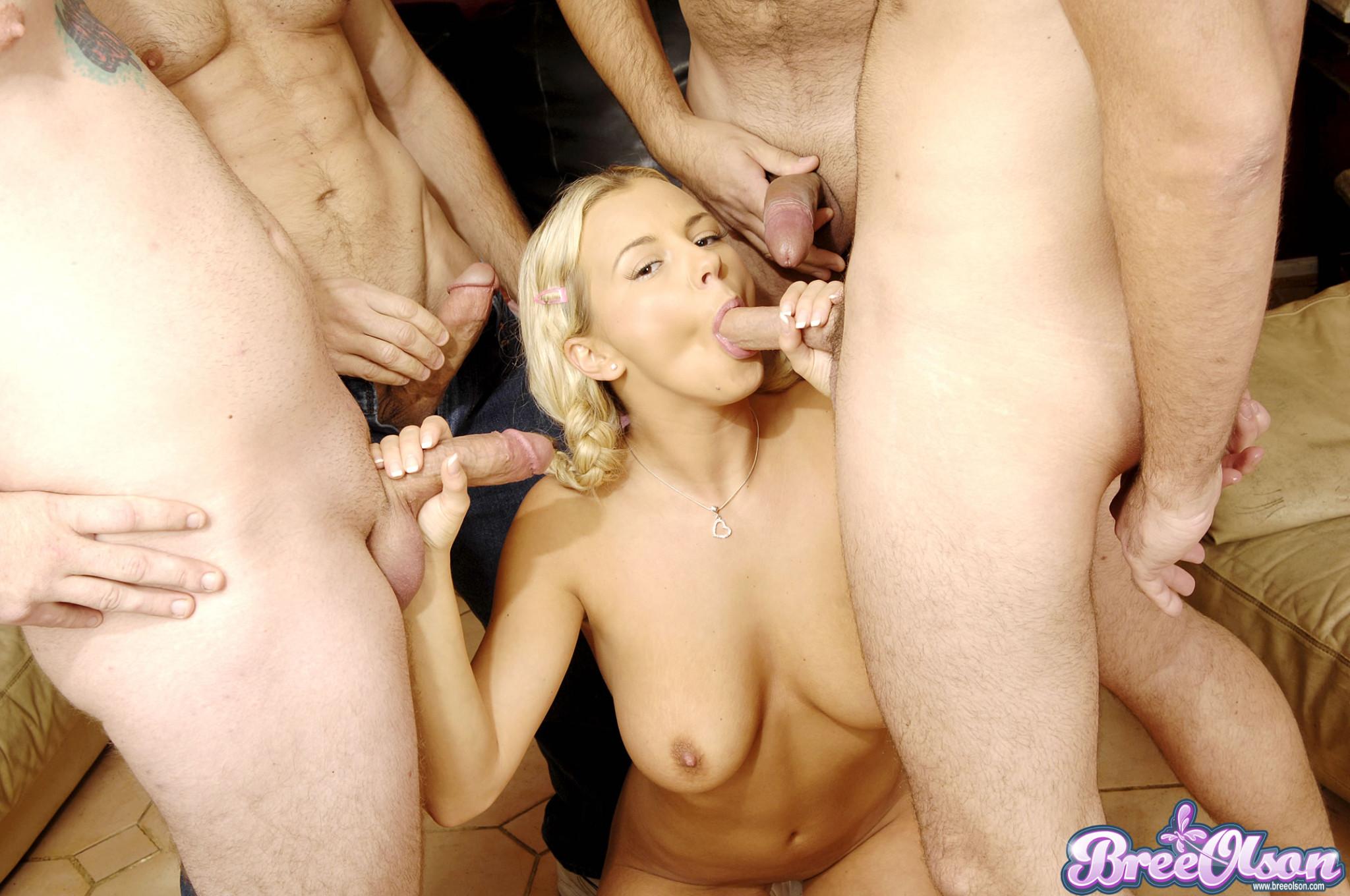 Трое выебали в рот блондинку с косичками