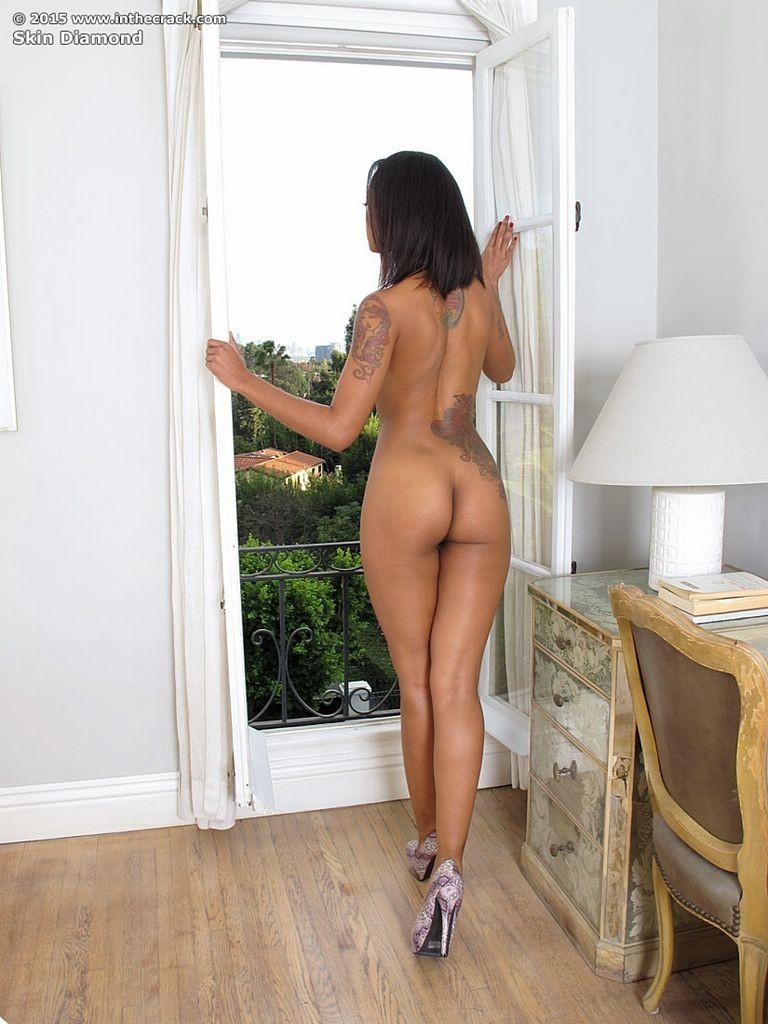 Анальная мастурбация голой стройной негритянки