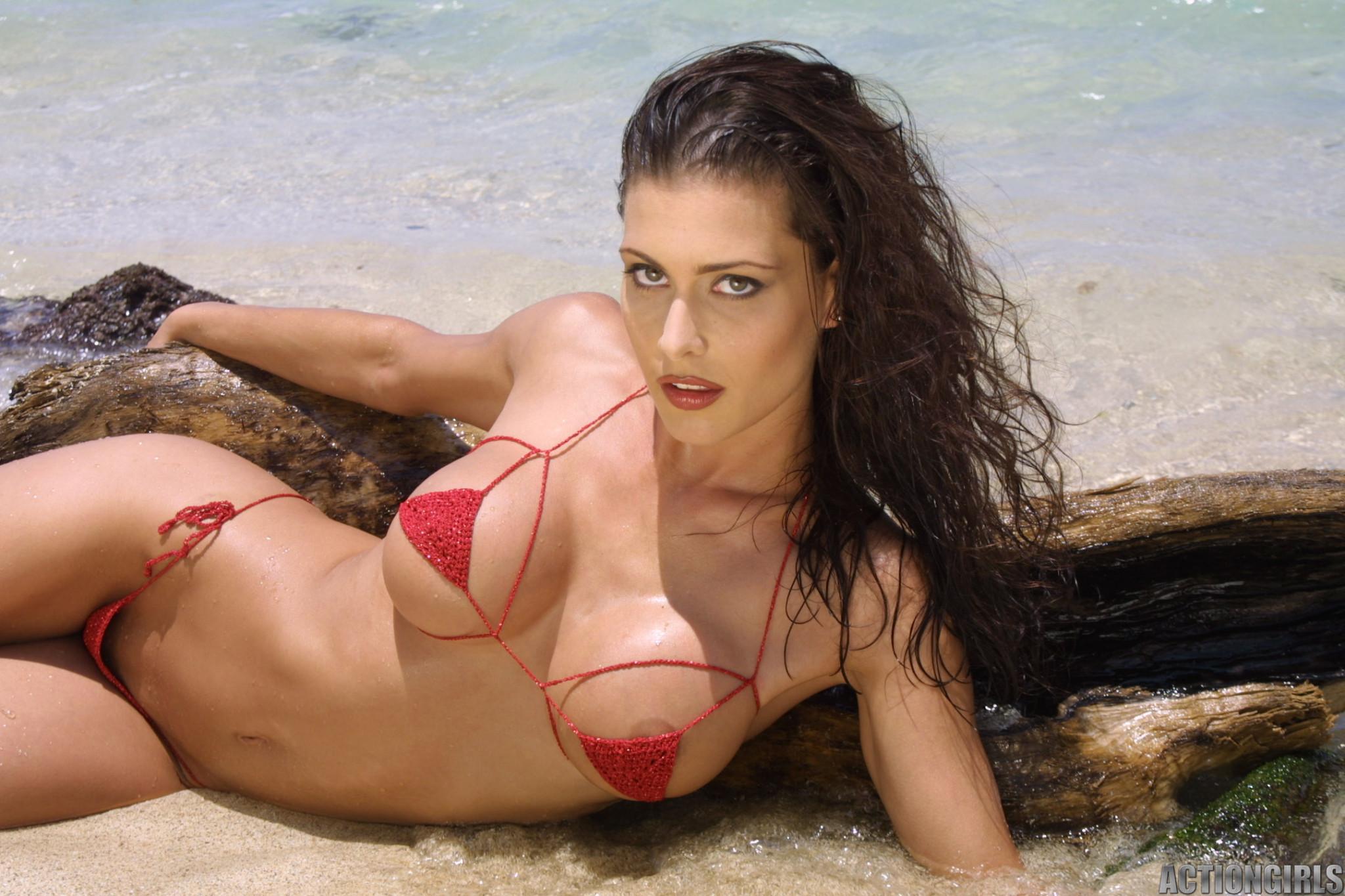 Красивая девушка в мини бикини