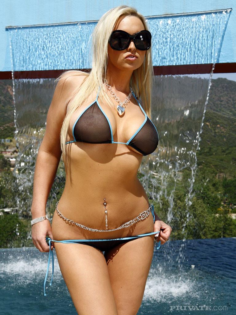 Голая жопастая блондинка в очках