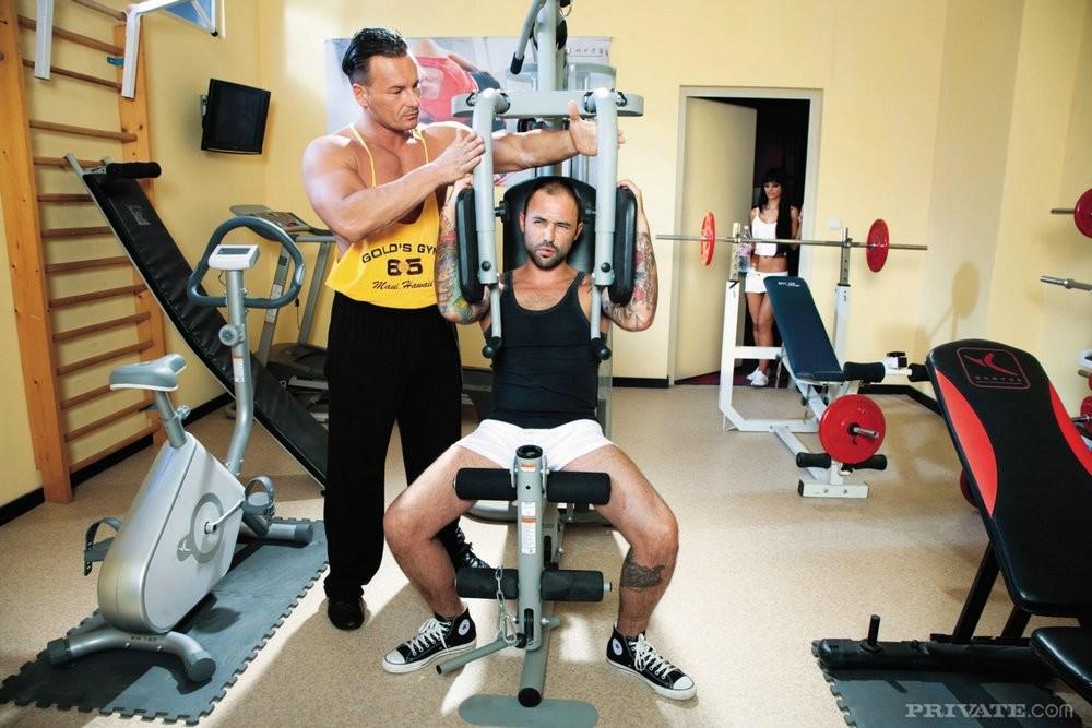 Двойное проникновение в спортзале