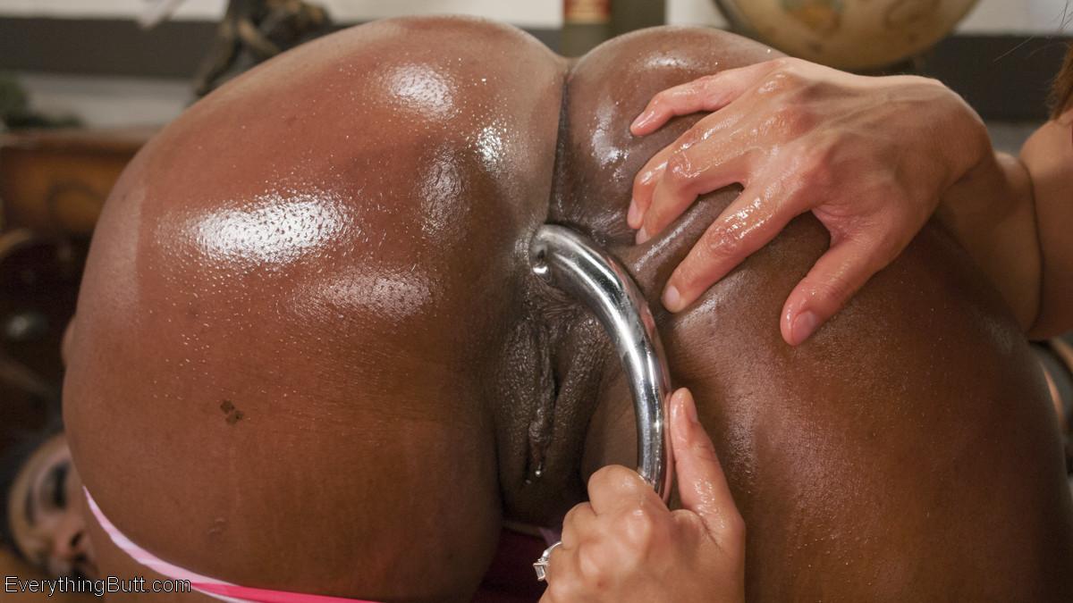 Франчеса Ли играет с жопой негритянки