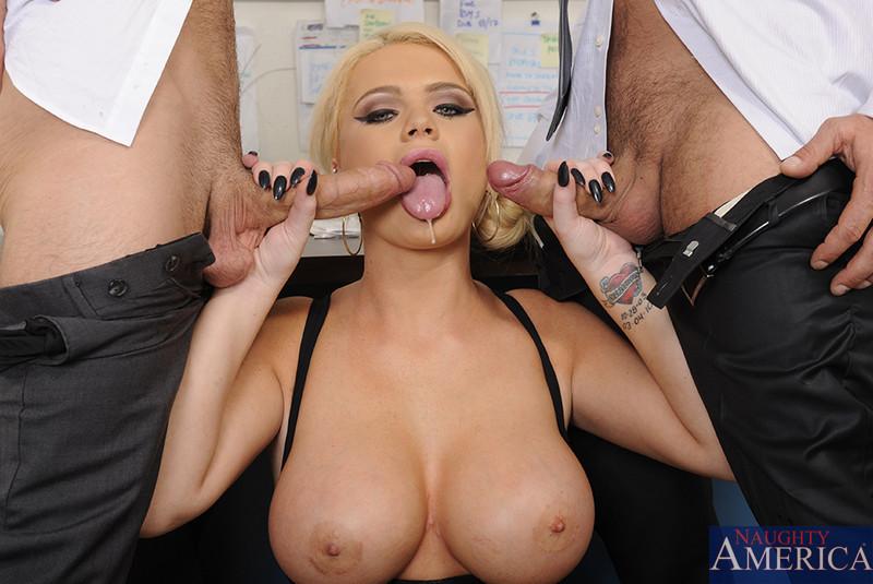 Алексис Форд – роскошная блондинка, которая соблазняет сразу двух мужчин и дает им себя потрахать