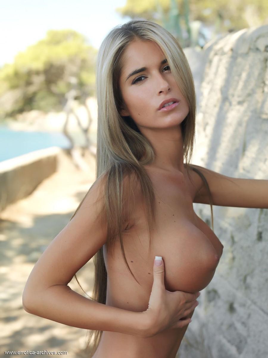 Девушка с очень нежным и красивым телом позирует перед  камерой на природе