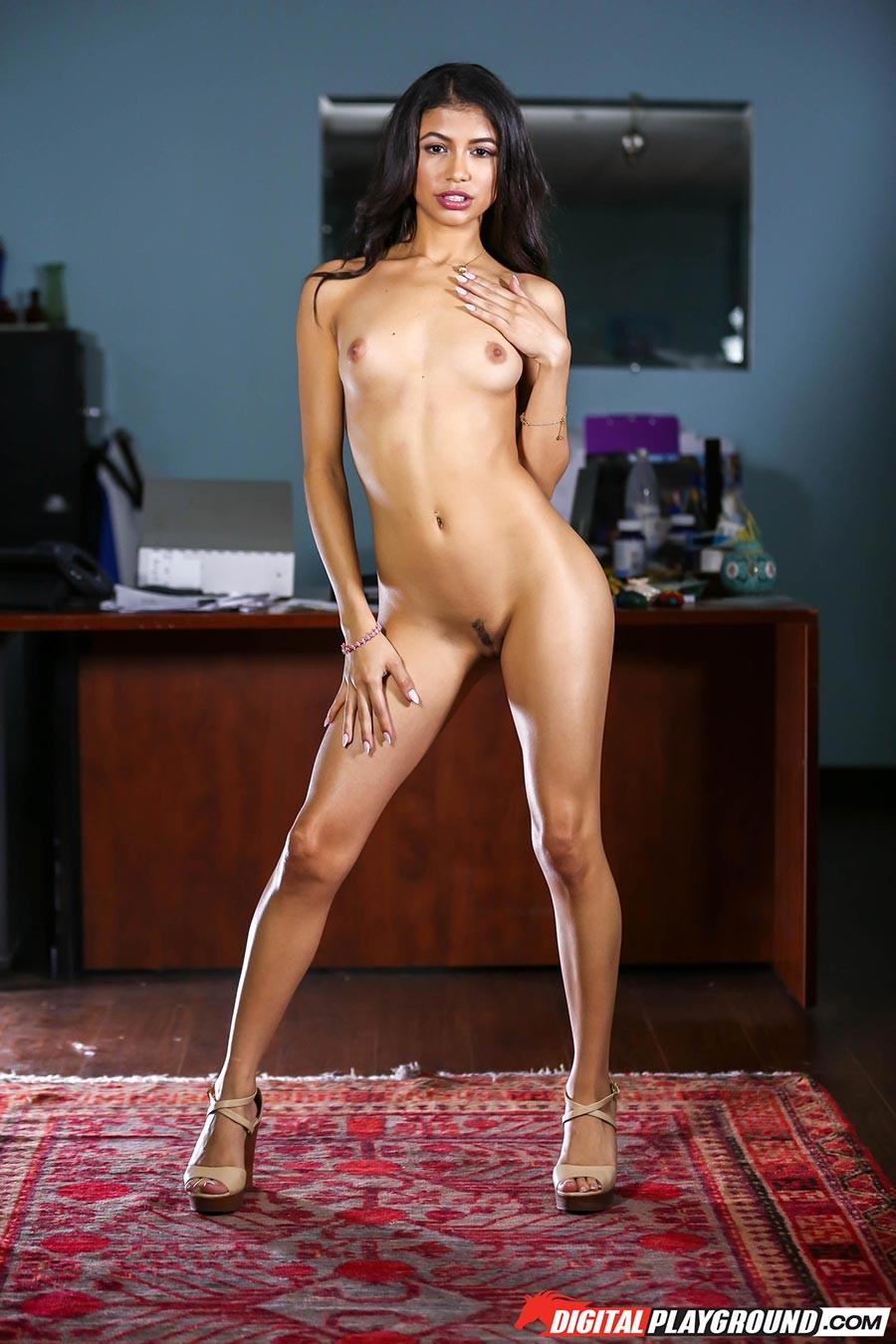 Латинская красотка с голыми сиськами