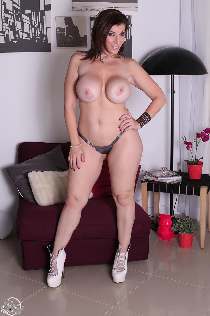 Женщина с большой жопой и силиконовой грудью