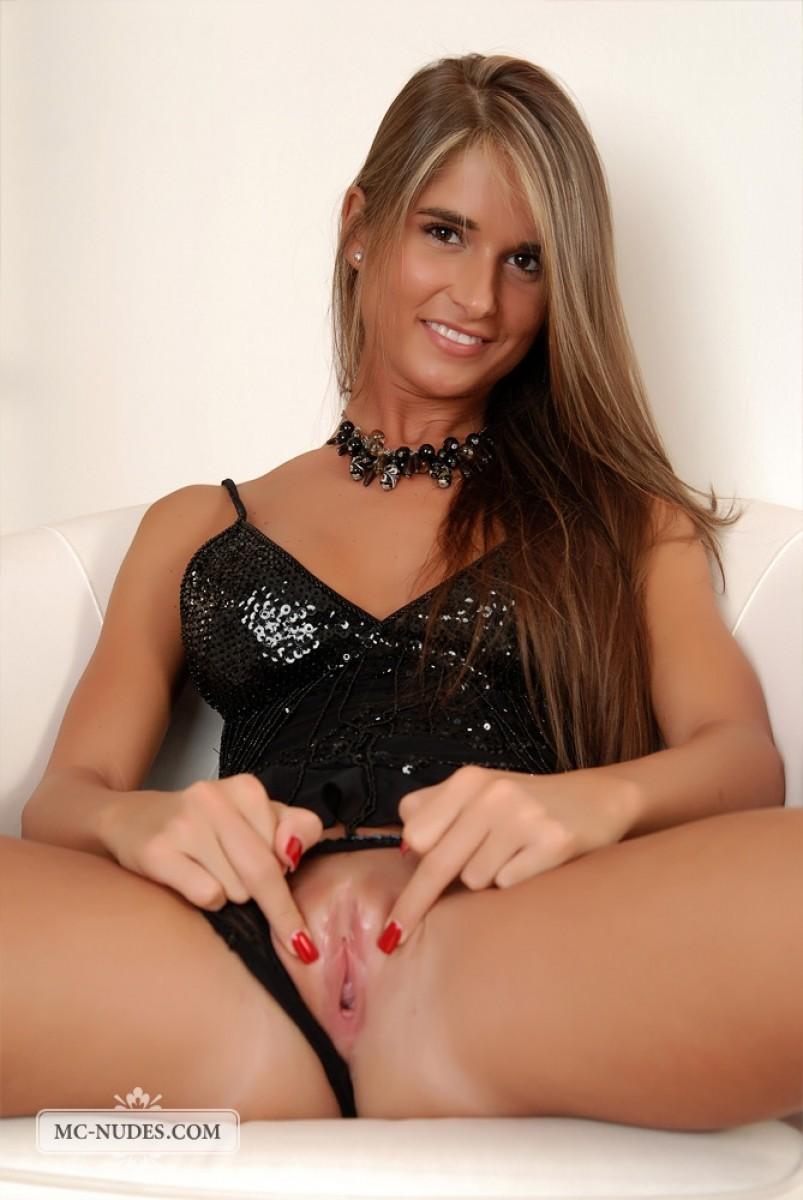 Голая худая девушка с красивой грудью и пиздой