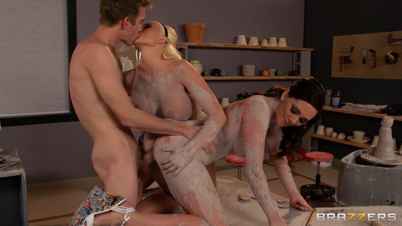 Страстный секс втроем в гончарной мастерской