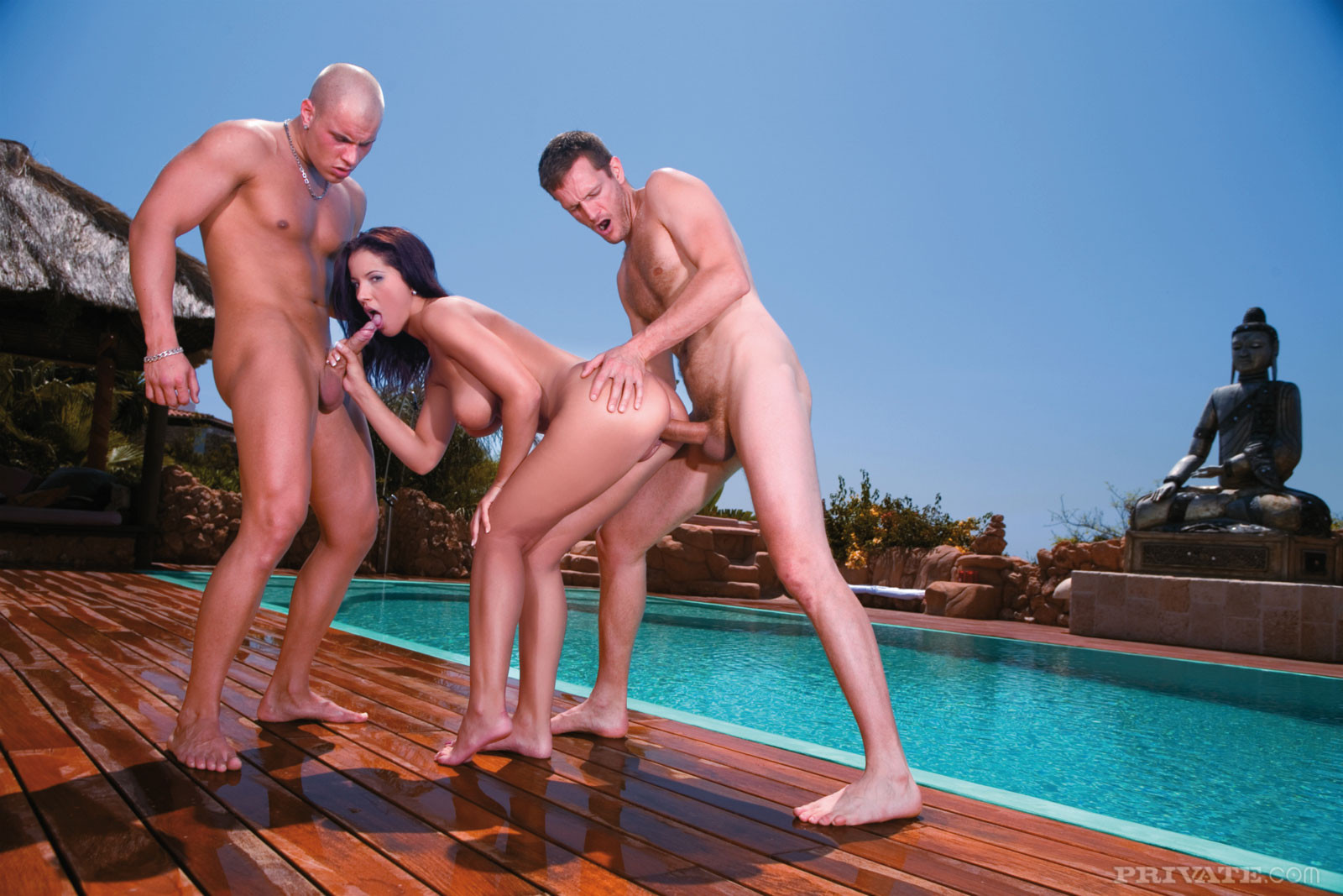 Секс втроем у бассейна