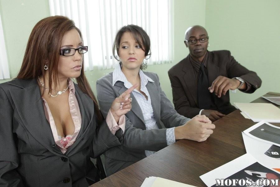 Франческа ебется с темнокожим боссом на работе