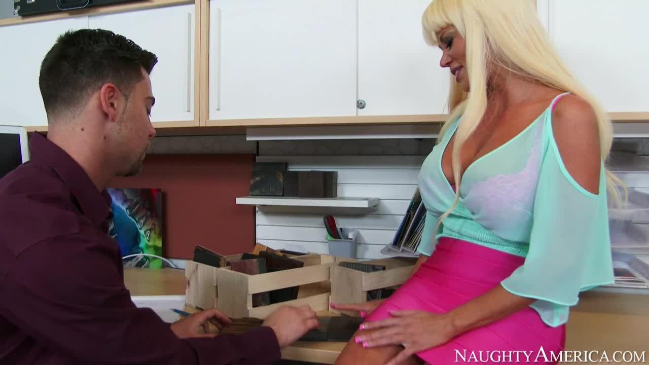 Зрелую блондинку Никата вон Джеймс ебут большим членом на кухне
